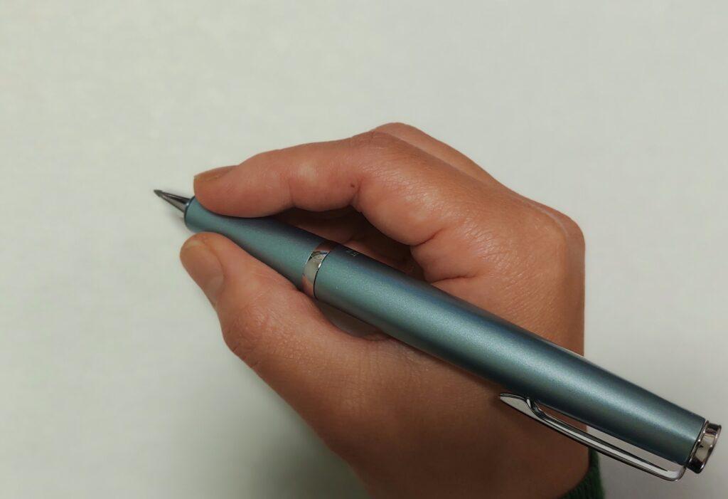 タイムラインのボールペンを持つ手